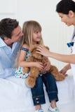 Medico preoccupantesi che gioca con un paziente del bambino immagini stock