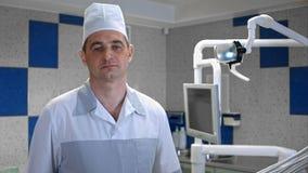 Medico preoccupato dell'uomo che esamina macchina fotografica Immagini Stock