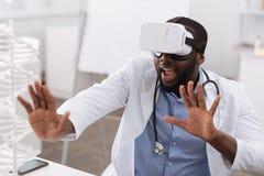 Medico professionista piacevole che usando le più nuove tecnologie fotografie stock libere da diritti