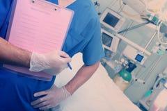 Medico in reparto pronto all'esame fotografia stock