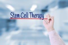 Medico scrive la terapia di cellula staminale sullo schermo visivo Fotografia Stock