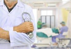 Medico senior sul fondo della sala operatoria immagini stock libere da diritti