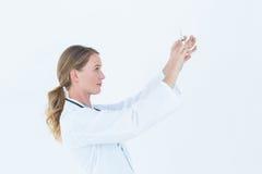 Medico serio che prepara siringa Immagini Stock