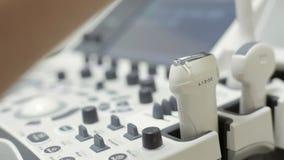 Medico si applica il gel al sensore di attrezzatura per l'ultrasuono archivi video