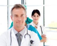 Medico sicuro attraente in una riga Fotografia Stock