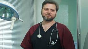Medico sicuro sorride nella macchina fotografica Fotografia Stock Libera da Diritti