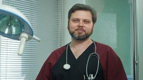 Medico sicuro sorride nella macchina fotografica Immagini Stock