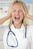 Medico sollecitato che grida Immagini Stock
