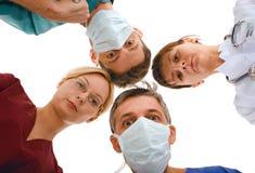 Medico sorpreso con la sua squadra Immagini Stock Libere da Diritti