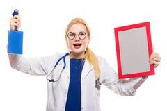 Medico sorpreso della donna in camice con il premio Immagini Stock