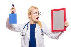 Medico sorpreso della donna in camice con il premio Immagine Stock