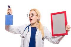 Medico sorpreso della donna in camice con il premio Fotografie Stock Libere da Diritti