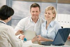 Medico sorridente con il paziente fotografia stock