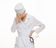 Medico stancato che chiude il suo fronte fotografia stock