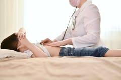 Medico sulla chiamata al bambino fotografie stock