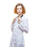 Medico sveglio della testarossa in cappotto del laboratorio con lo stetoscopio Fotografie Stock