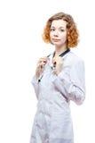 Medico sveglio della testarossa in cappotto del laboratorio con lo stetoscopio Immagine Stock Libera da Diritti