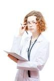 Medico sveglio della testarossa in cappotto e vetri del laboratorio con nothebook Fotografia Stock Libera da Diritti