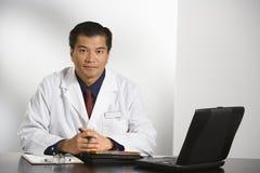 Medico in ufficio. Fotografie Stock