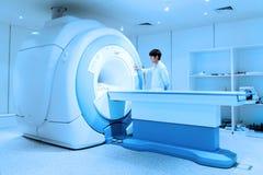 Medico veterinario che lavora nella stanza dell'analizzatore di RMI Immagini Stock