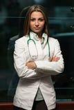 Medico Woman With Stethoscope nell'ufficio Fotografia Stock Libera da Diritti