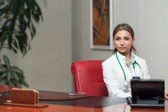 Medico Woman With Stethoscope nell'ufficio Immagine Stock Libera da Diritti
