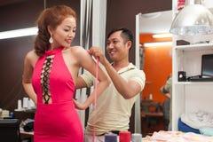 Medida asiática da parte traseira da mulher do alfaiate do homem do desenhista fotos de stock