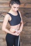 A medida atrativa da menina a cintura, centímetros grava Foto de Stock