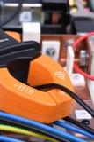 Medida da corrente do medidor da braçadeira no cabo em dispositivos da fonte de alimentação Fotos de Stock