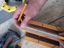 Medida da placa de madeira imagens de stock
