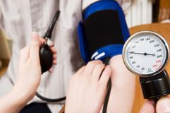 Medida da pressão sanguínea Foto de Stock Royalty Free