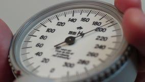Medida da pressão sanguínea do close-up, análise de sangue, cuidados médicos video estoque