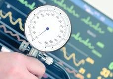 Medida da pressão sanguínea e da monitoração cardíaca Imagens de Stock