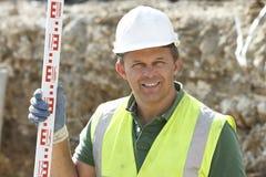 Medida da terra arrendada do trabalhador da construção Fotografia de Stock Royalty Free