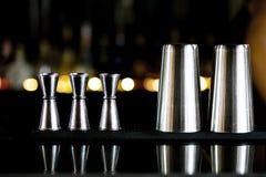 Medida de aço inoxidável do Jigger do cocktail e glas de aço inoxidável Fotografia de Stock Royalty Free
