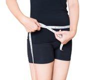 Medida de cintura de un modelo de la mujer en el fondo blanco Fotografía de archivo