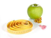 Medida de fita, comprimidos da dieta e frutas Foto de Stock Royalty Free
