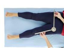 Medida de la abducción de la junta de cadera Fotografía de archivo