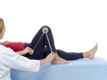 Medida de la flexión de la junta de rodilla Foto de archivo libre de regalías
