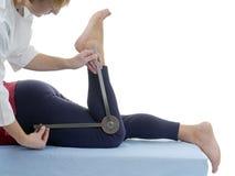 Medida de la flexión de la junta de rodilla Imagenes de archivo