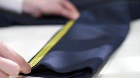 Medida de la manga de la chaqueta antes de limpiar en seco almacen de video