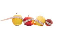 Medida de la manzana y del melocotón Imágenes de archivo libres de regalías