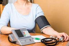 Medida de la presión arterial Imagenes de archivo