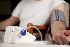 Medida de la presión arterial Imagen de archivo libre de regalías