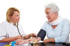 Medida de la presión arterial en foto de archivo