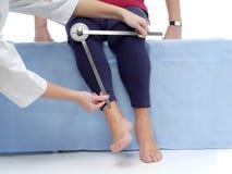 Medida de la rotación del externo de la junta de cadera Fotografía de archivo