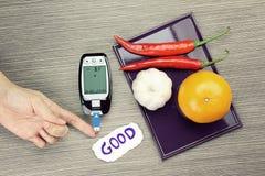 Medida del azúcar de sangre, equipo diabético, prueba del metro de la glucosa en sangre fotos de archivo