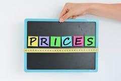 Medida del concepto de los precios en la pizarra Fotografía de archivo