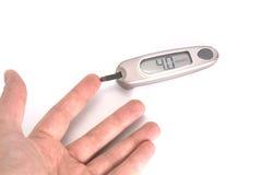 Medida del nivel de azúcar de la sangre fotos de archivo