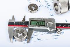 A medida do corte da linha morre por compassos de calibre e pelo desenho técnico imagens de stock